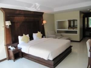 August Suites Pattaya room and bed