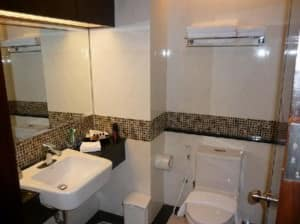 August Suites Pattaya toilet and bathroom